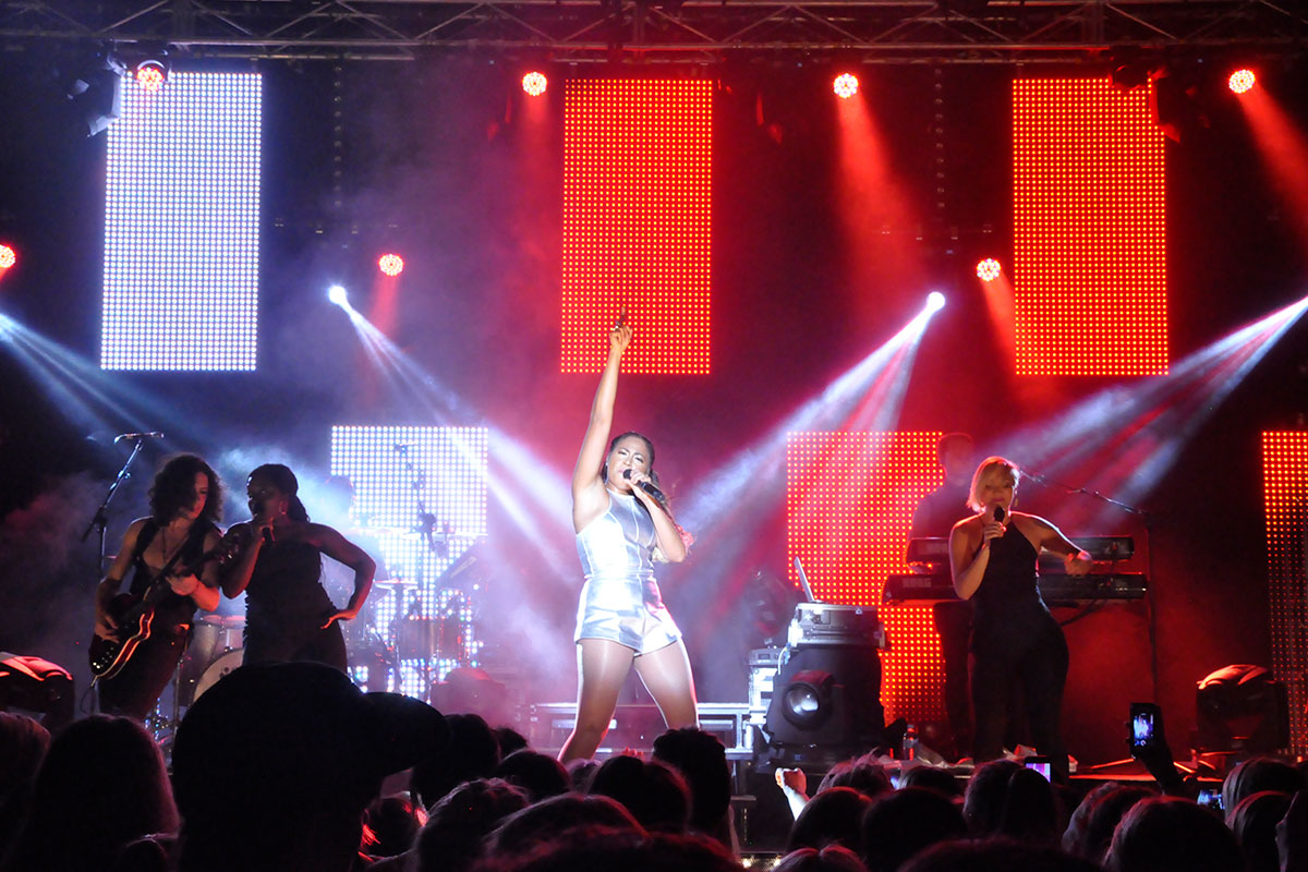 Paul Mason performs with Jessica Mauboy