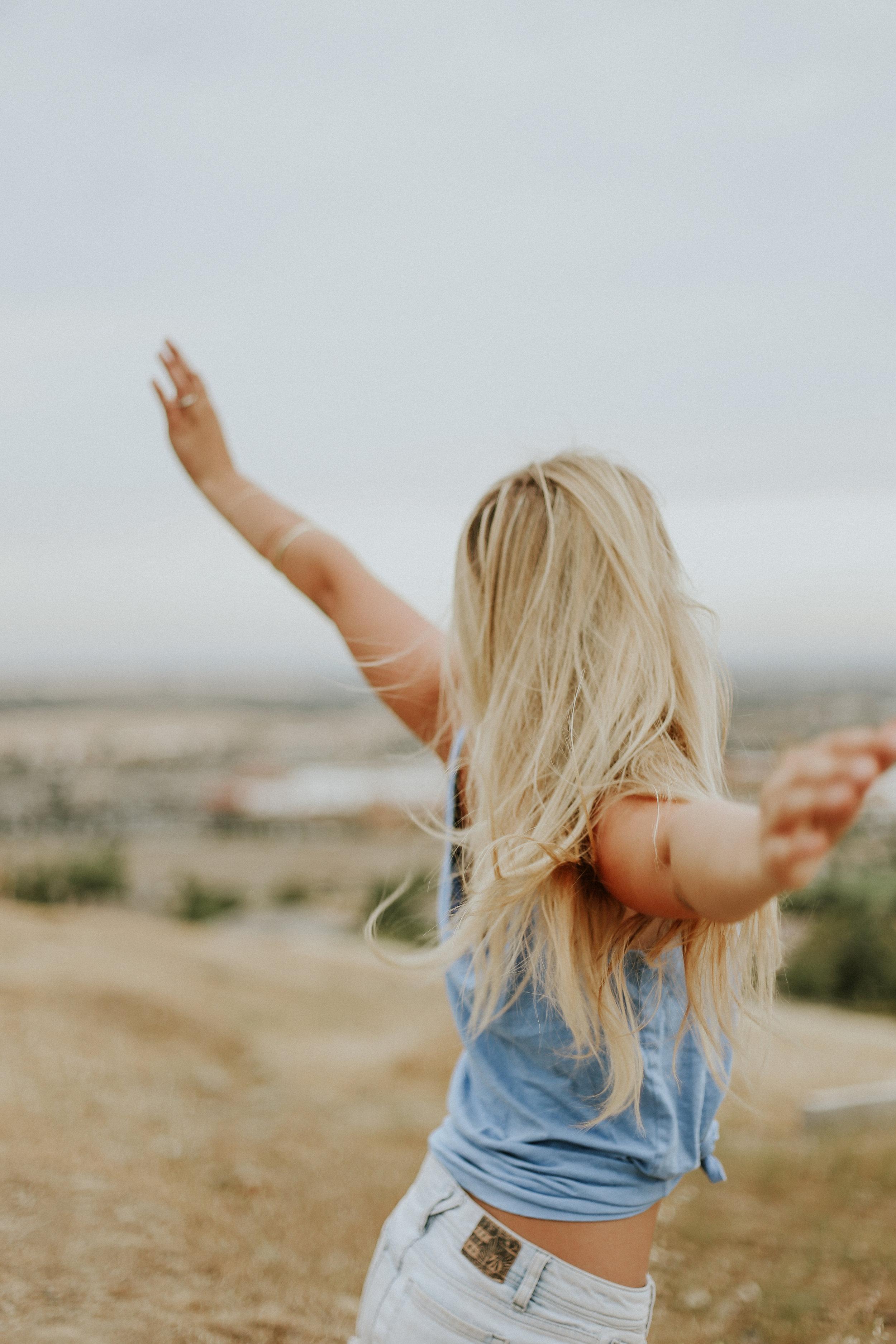 Frihet och tjej med blont hår. Optimera bilder för hemsidan, både Mac och PC