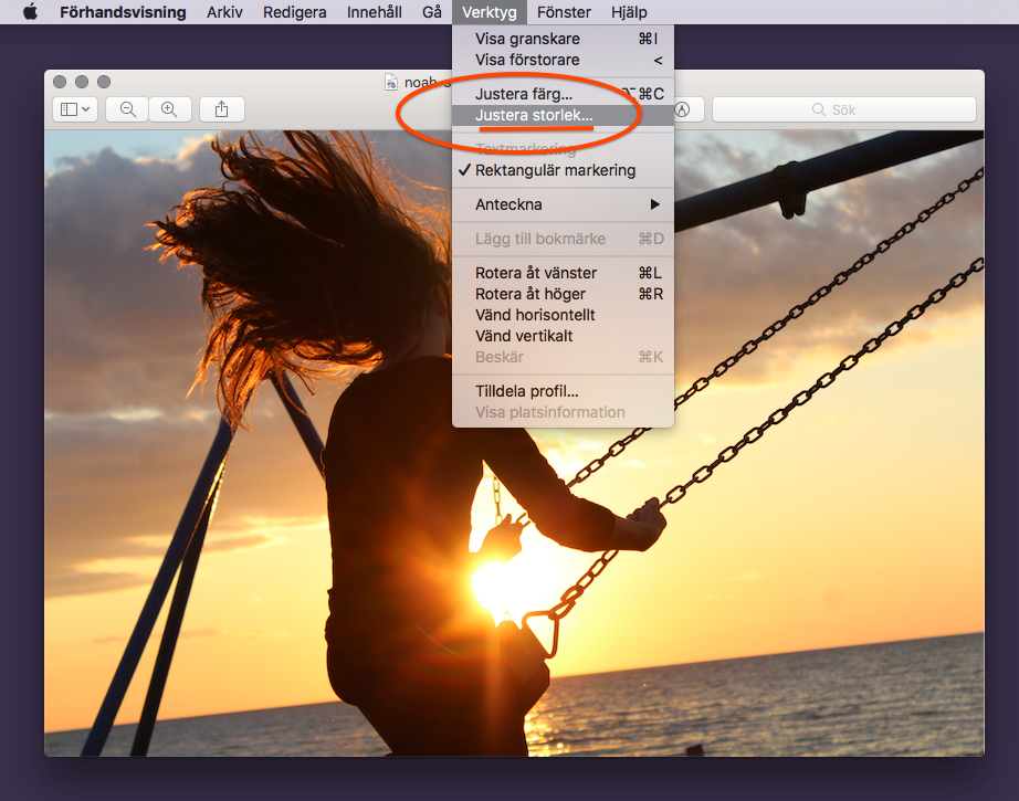 Justera storlek genom att trycka på Verktyg och sedan Justera storlek. Optimera bilder i Mac.