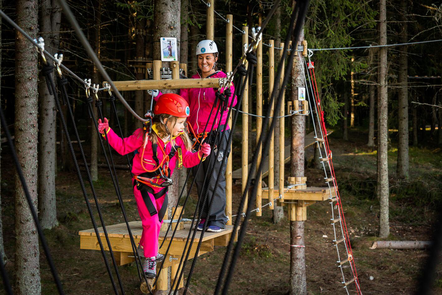 Lek og trening for hele familien - Bli med å klatre i trærne. Parken har åpnet og vi gleder oss til å se deg i parken sammen med ossVil du vite mer? ➝