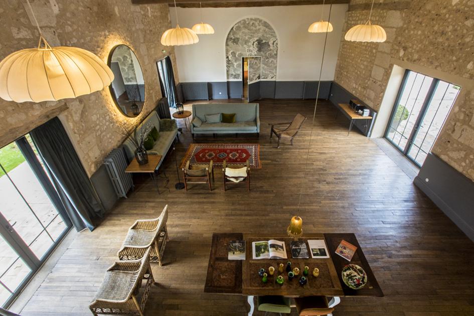 Основной холл в Hotel La Dime de Giverny. Большое светлое пространсво влюбляет в себя.