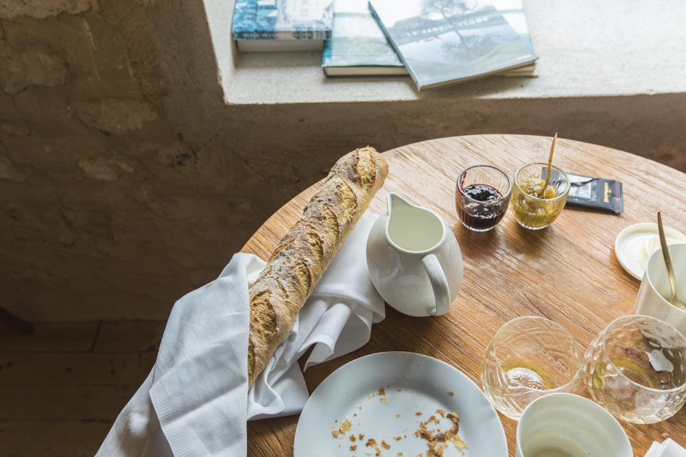 Завтрак - У него не было никаких шансов уцелеть до момента фотосессии. Как всегда, самое вкусное - простые свежие продукты. Хрустящий хлеб, ароматный кофе, домашнее масло и мармелады, и, конечно, сыры. Неверотяные французские сыры.