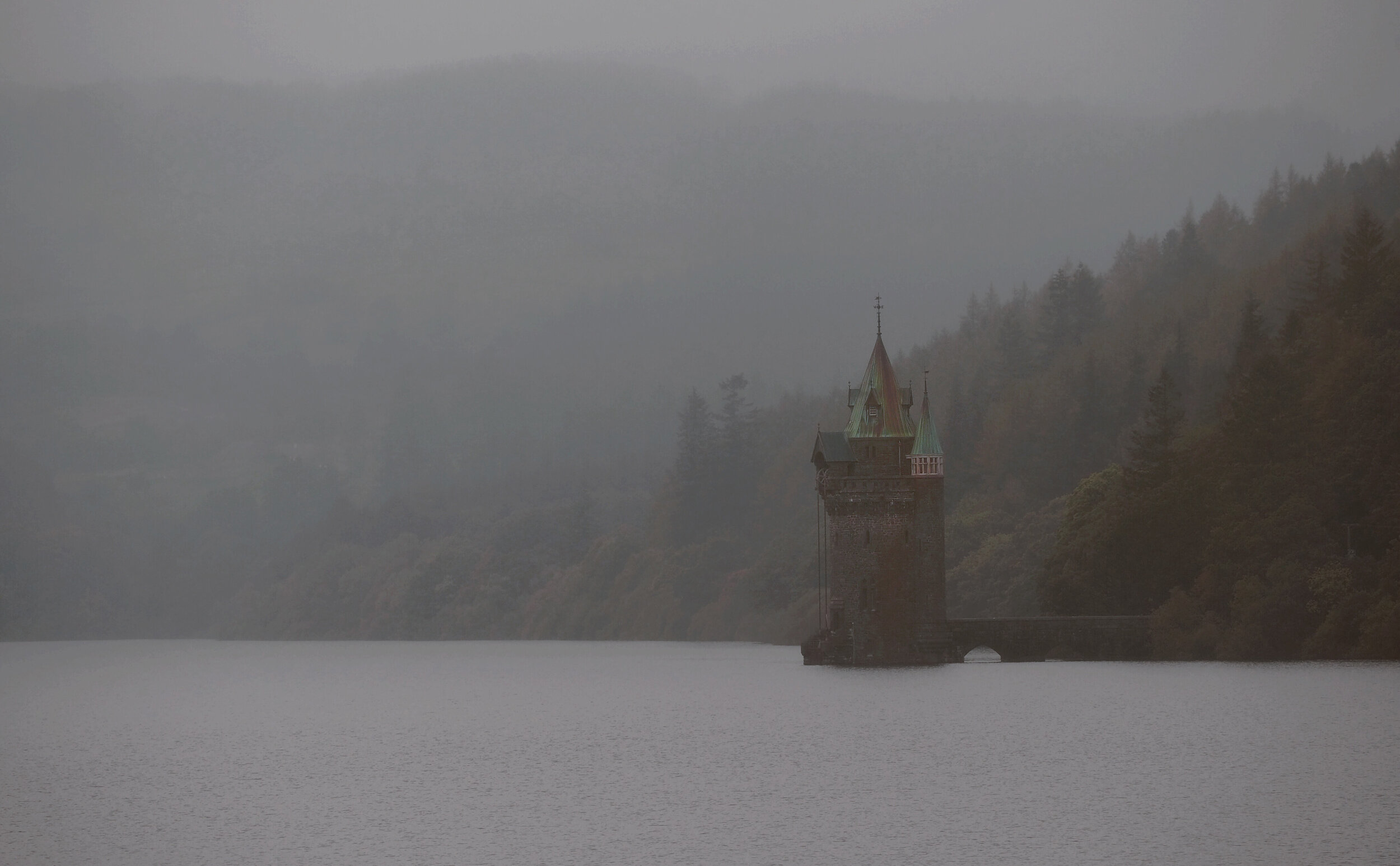 - We visited the area on a wet and misty Autumn day, but the lake and surrounding hills are beautiful at any time of year.The mist rolled in from Snowdonia during our time there. It left the lake covered in a thick, beautiful, rolling blanket.