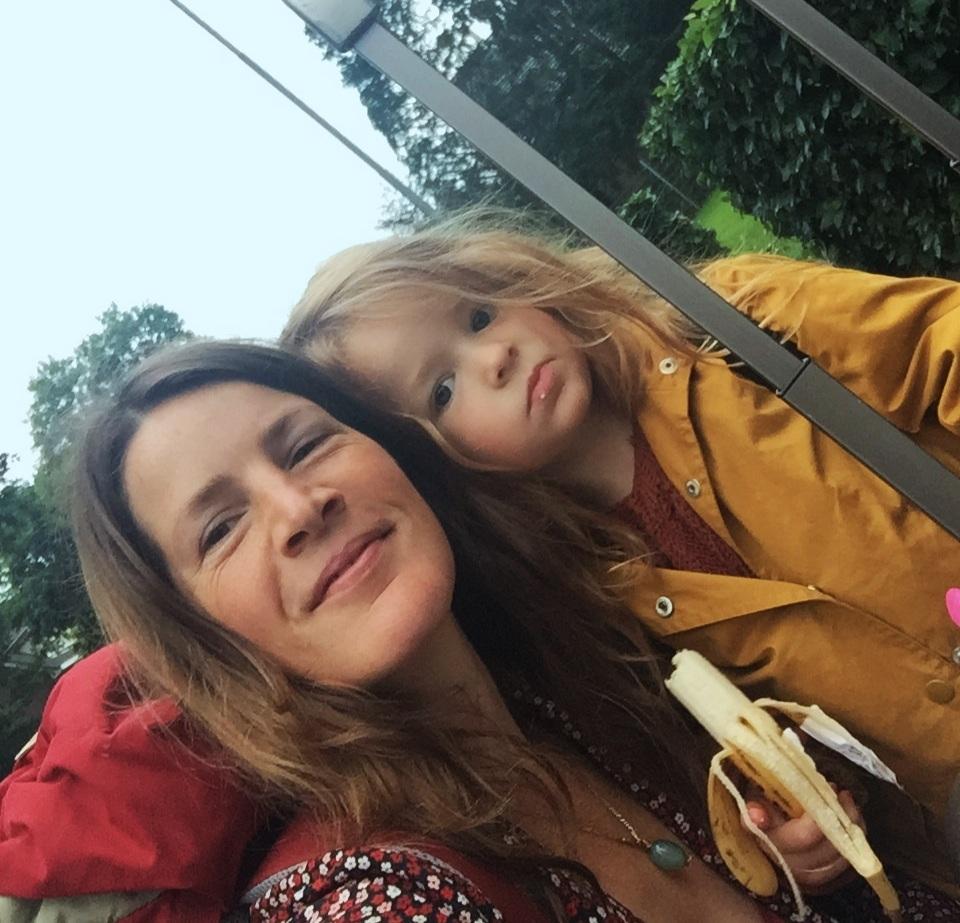 Over Mij - Ik ben Suzanne Schreve. Van biologe, naar freelance journalist en fotografe, en sinds 8 jaar filmmaakster. Het filmen werd bij mij aangewakkerd door de wens om mensen dichter bij de natuur te brengen te combineren met mijn liefde voor beeld, verhaal en muziek. Hierdoor ben ik de natuurdocumentaire wereld ingerold.Na de geboorte van mijn dochter Flo besloot ik een tijd alleen maar moeder te zijn en legde de camera naast me neer. De natuur bleef mij inspireren, met Flo liep ik door bossen en ontwierp ik met veel liefde onze moestuin wat sinds kort is uitgegroeid tot onze eerste eetbare bostuin. Door de intensieve reis die ik met haar meemaak, was het mijn interesse om de natuur van de mens in beeld te brengen die tot leven kwam. Tegenwoordig film ik niet alleen mensen, ik verdiep me sinds twee jaar ook in Jungiaanse psychologie & mythologie. Alle films die ik ooit heb gemaakt, zijn een stukje poëzie dat de kijker verbindt met de diepere rivieren van het leven zelf.Vorig werk o.a.: WildEarth + National Geographic Channel, AVRO Going South Documentaire, Time Out Magazine, Reed Elsevier + Murdoch Publishing Ltd.