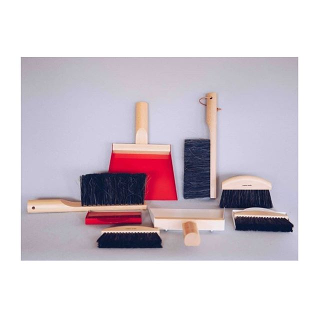 ⚡Mid season sale now on - up to 50% off ⚡This beautiful dustpan & brush set which is made in France, is now in the sale.  The dustpan is made from sturdy beechwood and can be hung by its leather cord and the brush is made using traditional methods with genuine Argentinian horse hair bristles.  50% off - be quick!  Link to SALE in Bio 👆  #midseasonsale #homewaressale #onlinesales