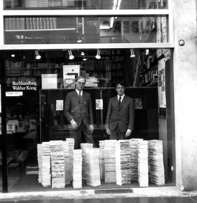 ....Gilbert and George performing in the window display at Buchhandlung Walther König in Cologne, 1971. ..  Gilbert e George, instalação na vitrine da loja de Colónia, 1971. ....