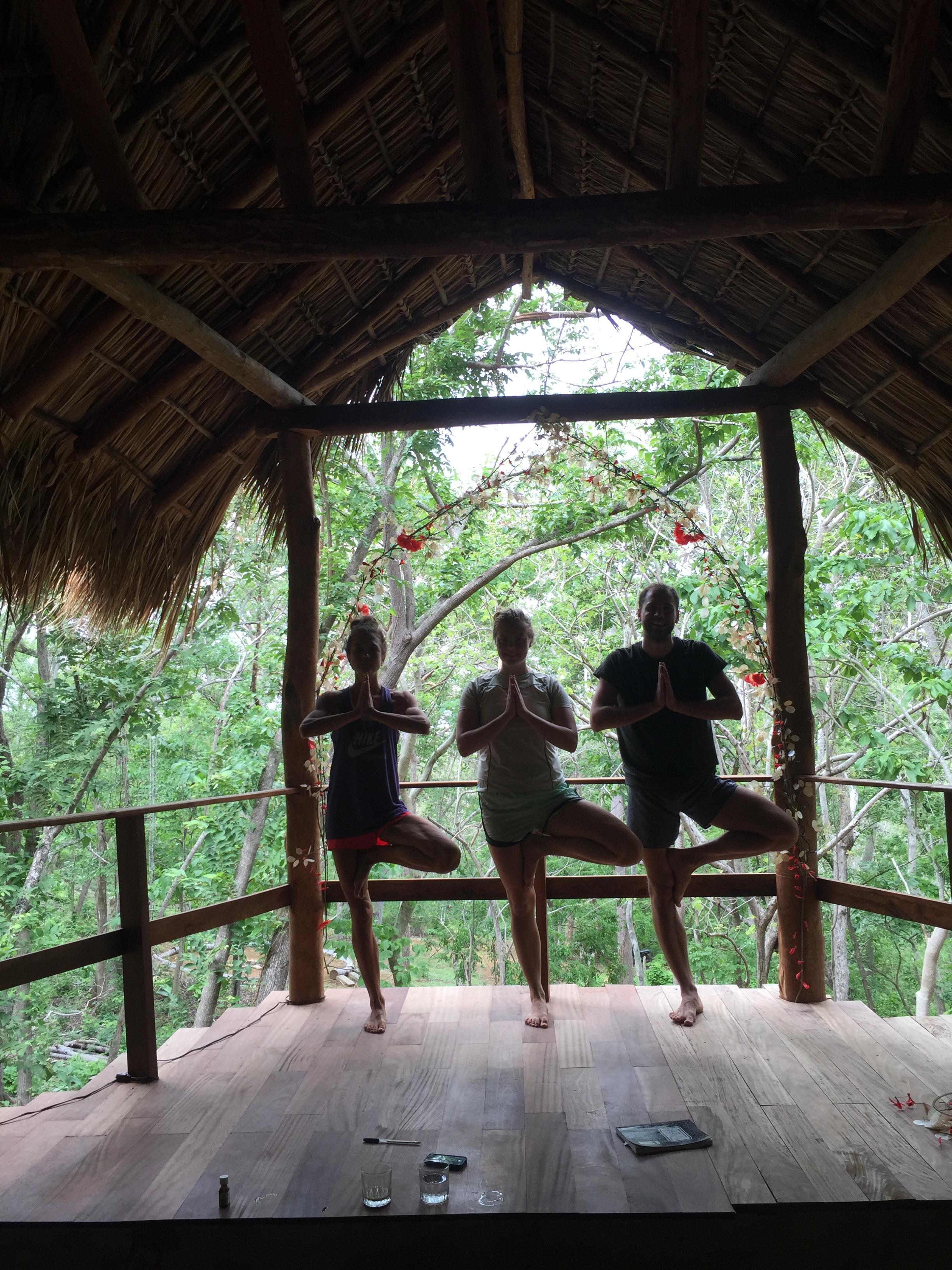 Yoga dypt i skogen i Nicarague, meg, Nina & Märt