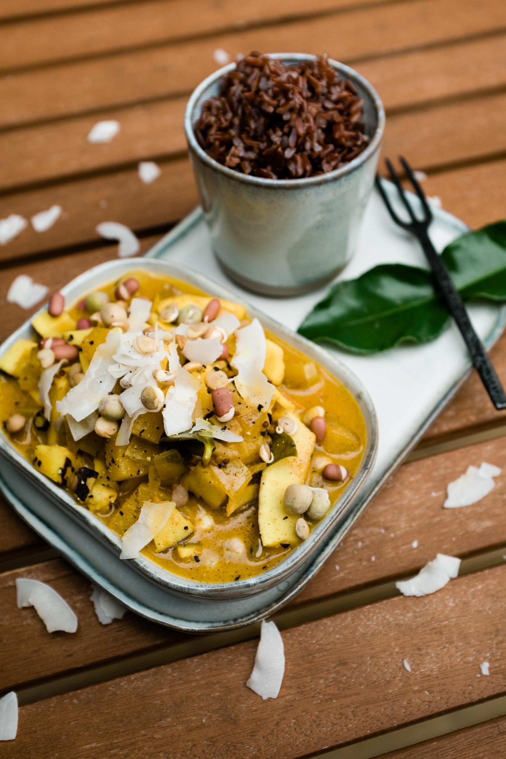 Mango-Zwiebel-Curry mit Kokospänen