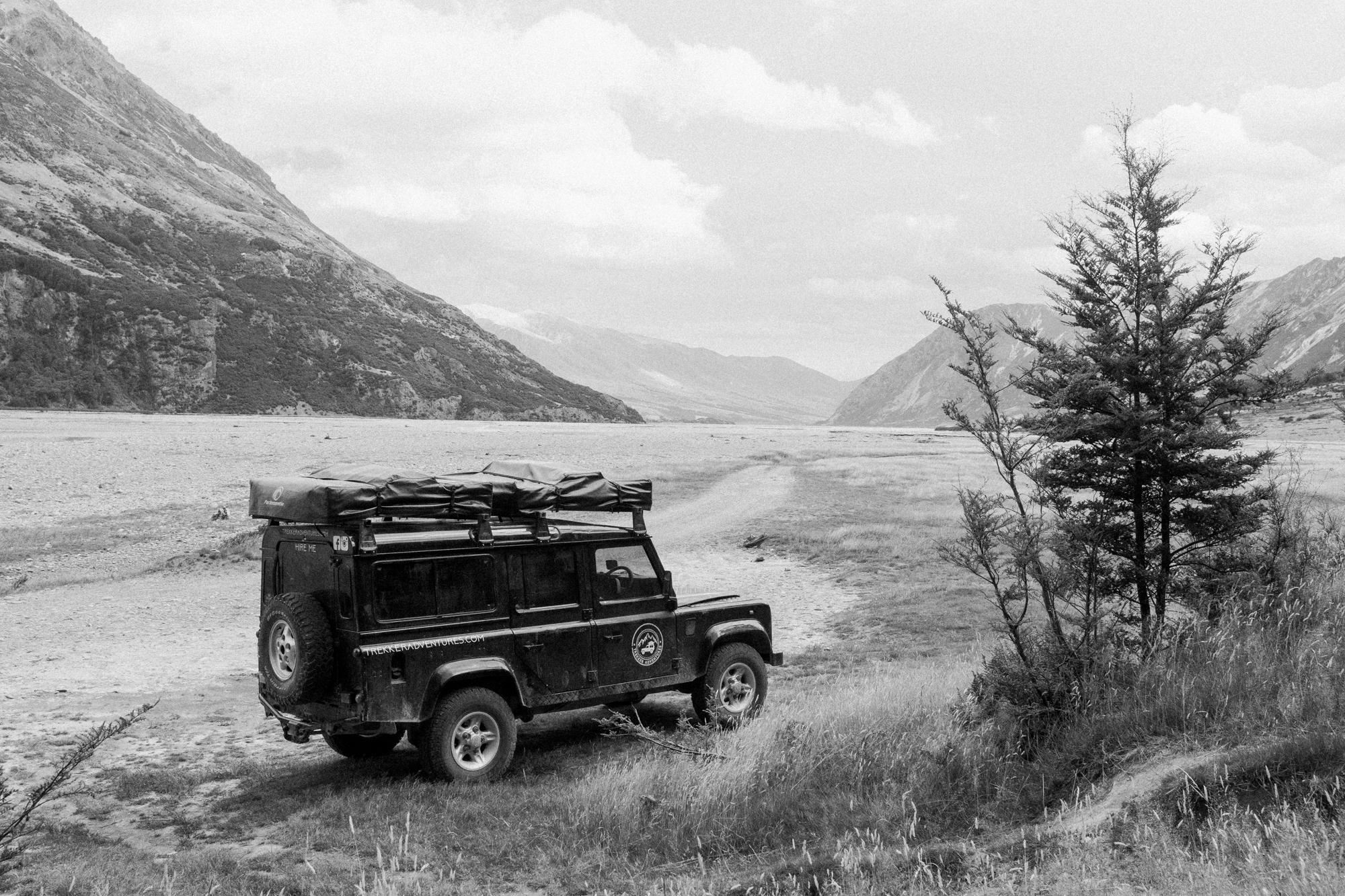 Geländewagen im Tal