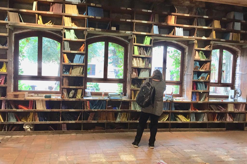 Vierailimme myös Orsonilla. Angelo Orsonin luoma tunnettu paneeli syntyi Orsonin värikirjastosta, joka säilyttää yli 3500 erilaista venetsialaisen Smaltin väriä. Se esitettiin ensimmäistä kertaa Pariisin maailmannäyttelyssä vuonna 1889. Vuotta myöhemmin Antoni Gaudí sai kauneuden innoituksensa ja päätti käyttää pieniä Orsoneja Sagrada Familian koristeluun. Ei ihme, että vielä tänäkin päivänä nämä ainut laatuiset smaltilasit innoittavat mosaiikin tekijöitä. Olimme aivan hullaantuneita näiden värien runsaudesta!