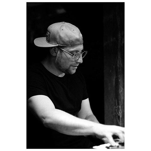 Handling biz 📷: @celinepinget // @maxzipursky #vancouver #guiltandco #lightwork #starcaptains #gastown #celinepinget #trexflex #keyboards #sclightwork