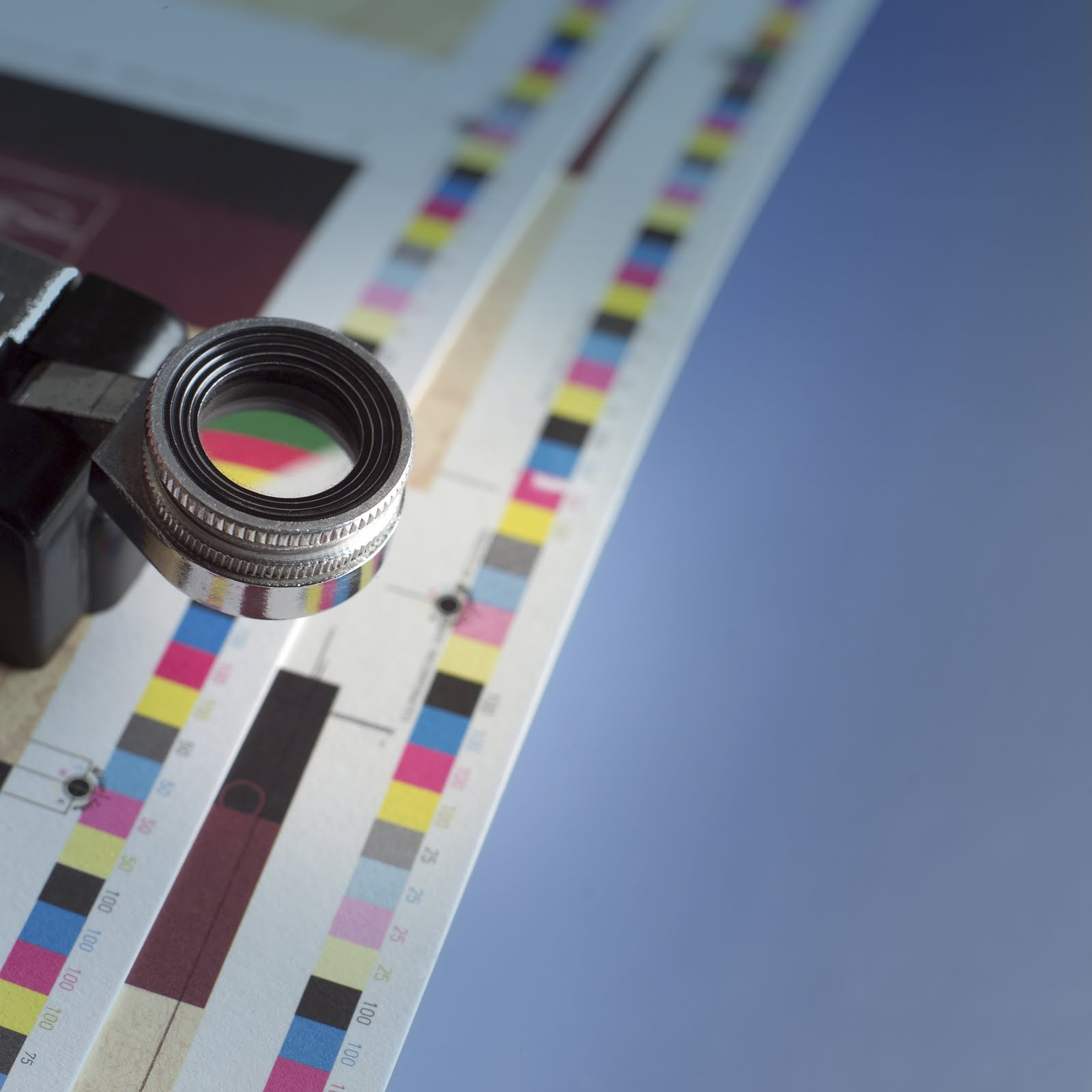 - Desde la planeación de un nuevo lanzamiento, nuestros servicios de Print Management realizan auditorías que ayudan a calificar y elegir a los proveedores más adecuados de impresión. En la etapa de diseño creativo, guían a las agencias a diseñar de manera factible, realizable, de acuerdo a las capacidades de los impresores aprobados. Más adelante, desarrollando los estándares de color que han de usarse durante todo el proceso para lograr la reproducción óptima de la marca en todos los empaques. Finalmente, asegurando la calidad y consistencia de cada SKU durante las corridas de impresión mediante aprobaciones a pie de máquina y evaluaciones de resultados impresos.El alcance y las necesidades de las marcas pueden ser variables, por eso personalizamos servicios de acuerdo al tamaño y tipo de proyecto:• Print Managers, a cargo de todo el proceso• Evaluación de proveedores de impresión• Fingerprints (Caracterizaciones de Prensa) para definir espacios de color• Press Approvals (Aprobaciones a pie de máquina).