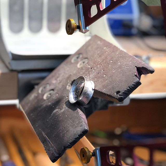 When I have to saw at an awkward angle I just tilt my @jayneredman bench pin and it's a breeze. Not a single broken saw blade🤘🏼#jewelrymaking #jayneredmanbenchpin #riograndejeweler #riograndejewelrysupply #funatthebench #metalarts #studiojewelry #jewelrystudio