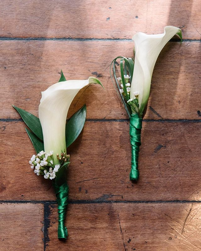 How stunningly beautiful are these boutonnières designed by @naturesbouquet ? Can't stop swooning over @pbatpbfl and @colingoldsmith wedding day #ontheblog 📸: @sheachristinephoto