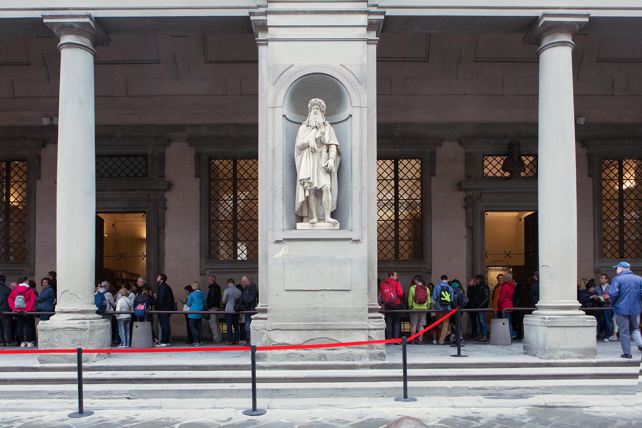 Una scultura di Luigi Pampaloni ritrae Leonardo da Vinci.