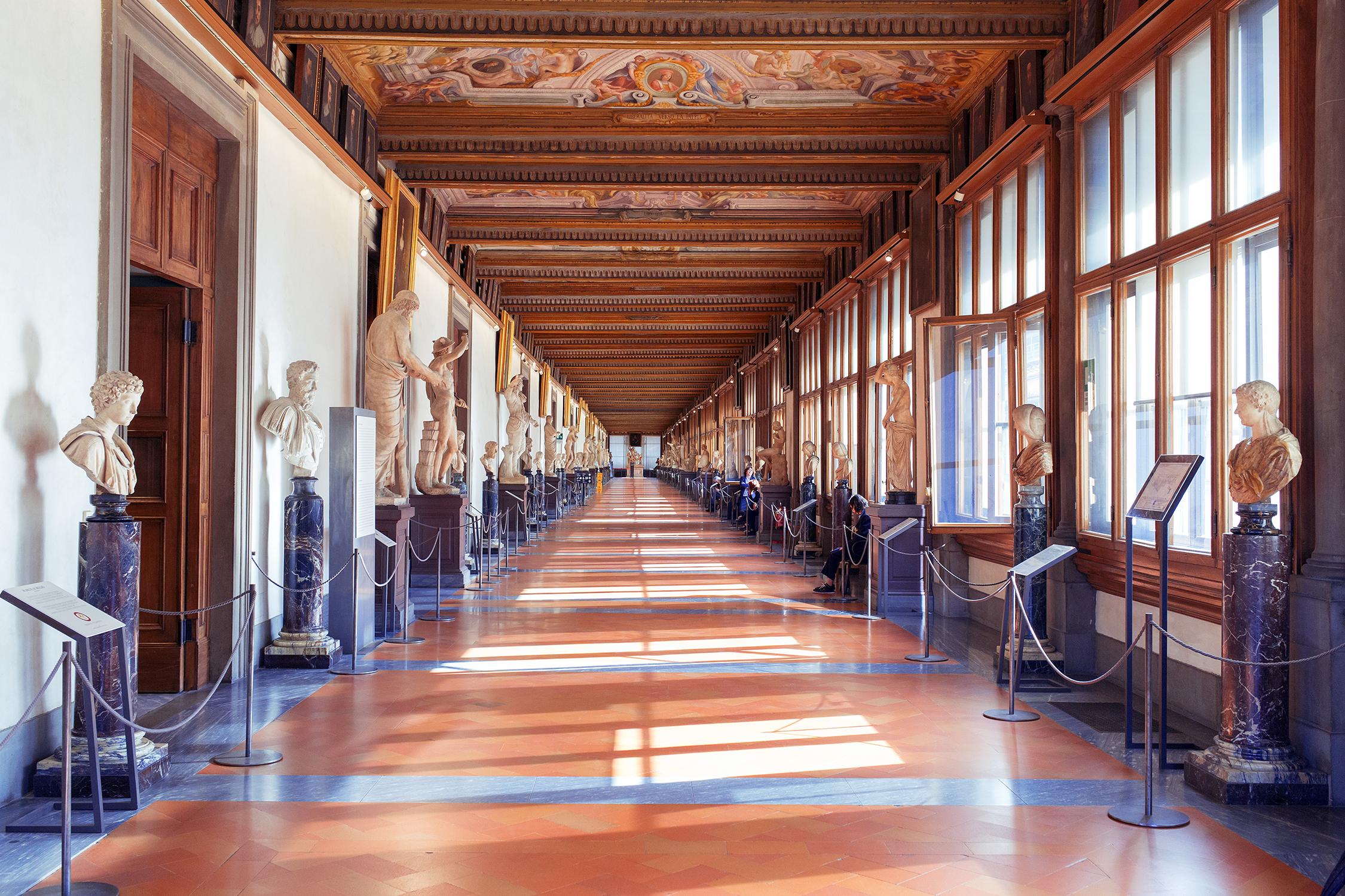 Uno dei corridoi della Galleria degli Uffizi, a Firenze.