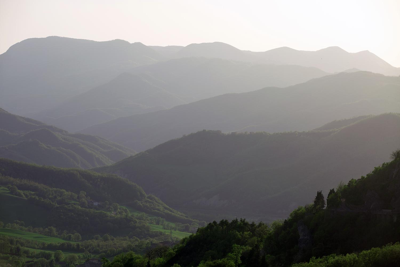 """Vista sulla Valmarecchia, posizionati sotto al Monte San Marco, in località Villagrande (RN), dove è stato ubicato uno dei due view-point ufficiali sui paesaggi de """"La Gioconda"""" in Valmarecchia."""