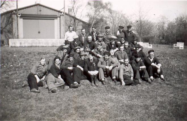 Besättningarna tillsammans med Gunnar i Folkparken inför återseglatsen till Danmark i maj 1945.jpg