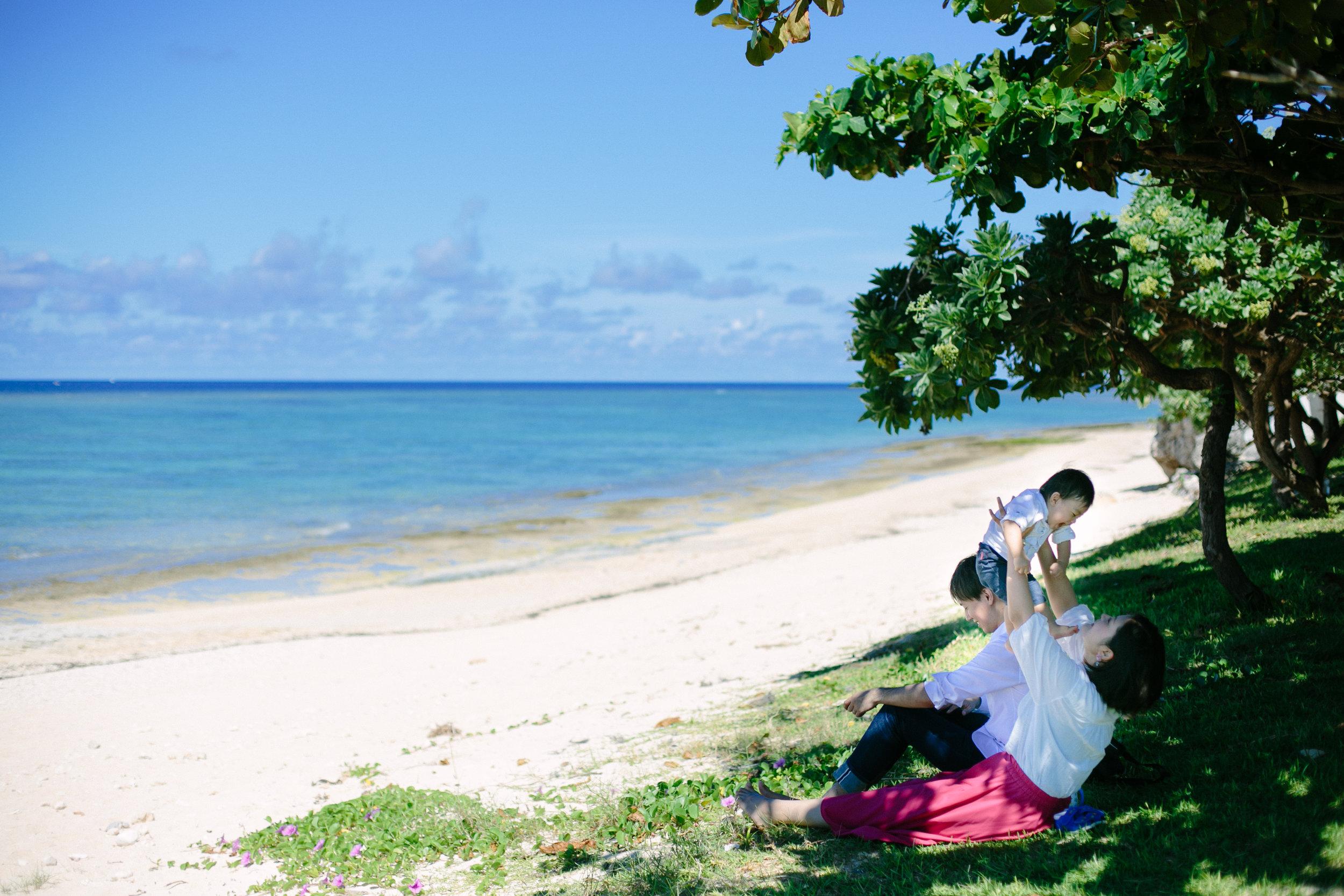 Location - 沖縄旅行に合わせてのファミリーフォトは青い海で! という気持ちも,もちろんですし海での撮影も行いますが 緑が綺麗な公園や場所も多くお子さんのより良い表情や,本来の自由な動きはそういう場所の方が発揮しやすい事もあります。撮影はビーチ,グリーンの2箇所で行なっています。