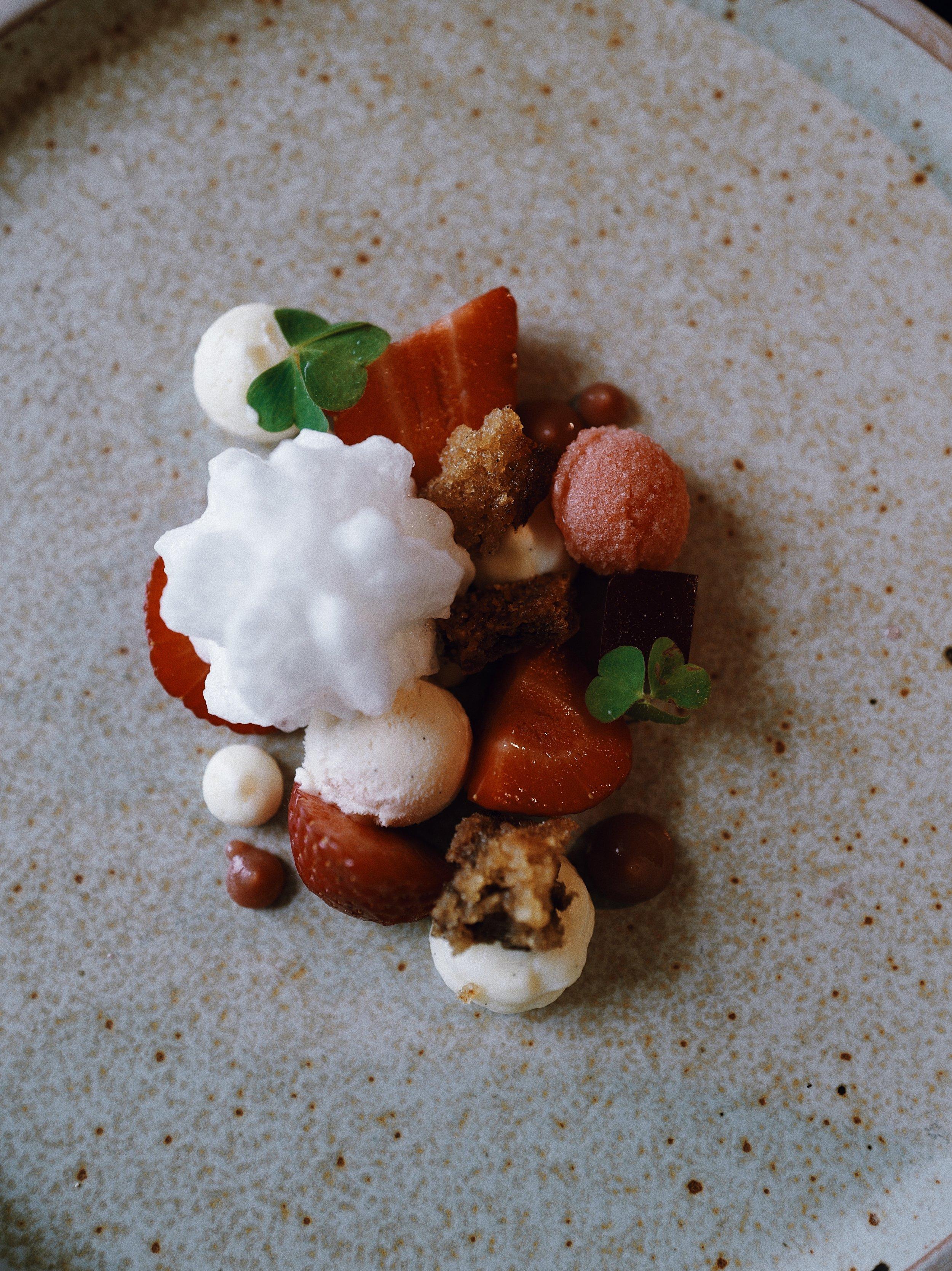 Strawberries, elderflower cream, honey and vanilla cake and wood sorrel.