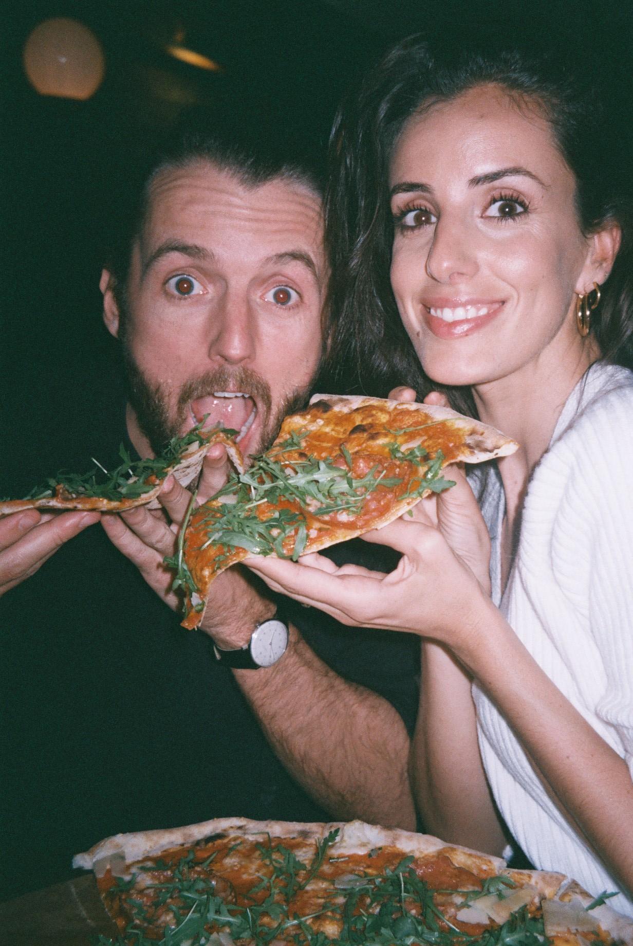 Martin and I at our favourite pizza place,  Homeslice , after Lucy's birthday. For us this is the best pizzeria in London and we've tried quite a few. / O Martin e eu na nossa pizzaria preferida,  Homeslice , depois do aniversário da Lucy. Para nós esta é a melhor pizzaria de Londres e olha que já experimentámos bastantes.