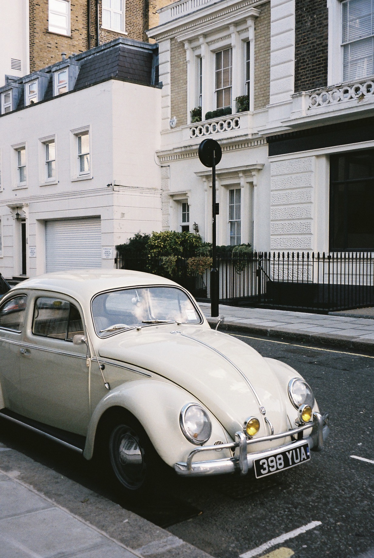If you follow me on Instagram you must have already noticed that I have an obsession with vintage cars, in fact, you will see that throughout this diary you will find a few more. This photograph was taken in the area of Victoria in London. /  Se me segues no Instagram já deves ter visto que tenho uma obsessão por carros antigos, aliás, verás que ao longo deste diário encontrarás mais uns quantos. Esta fotografia foi tirada na zona da Victoria em Londres.