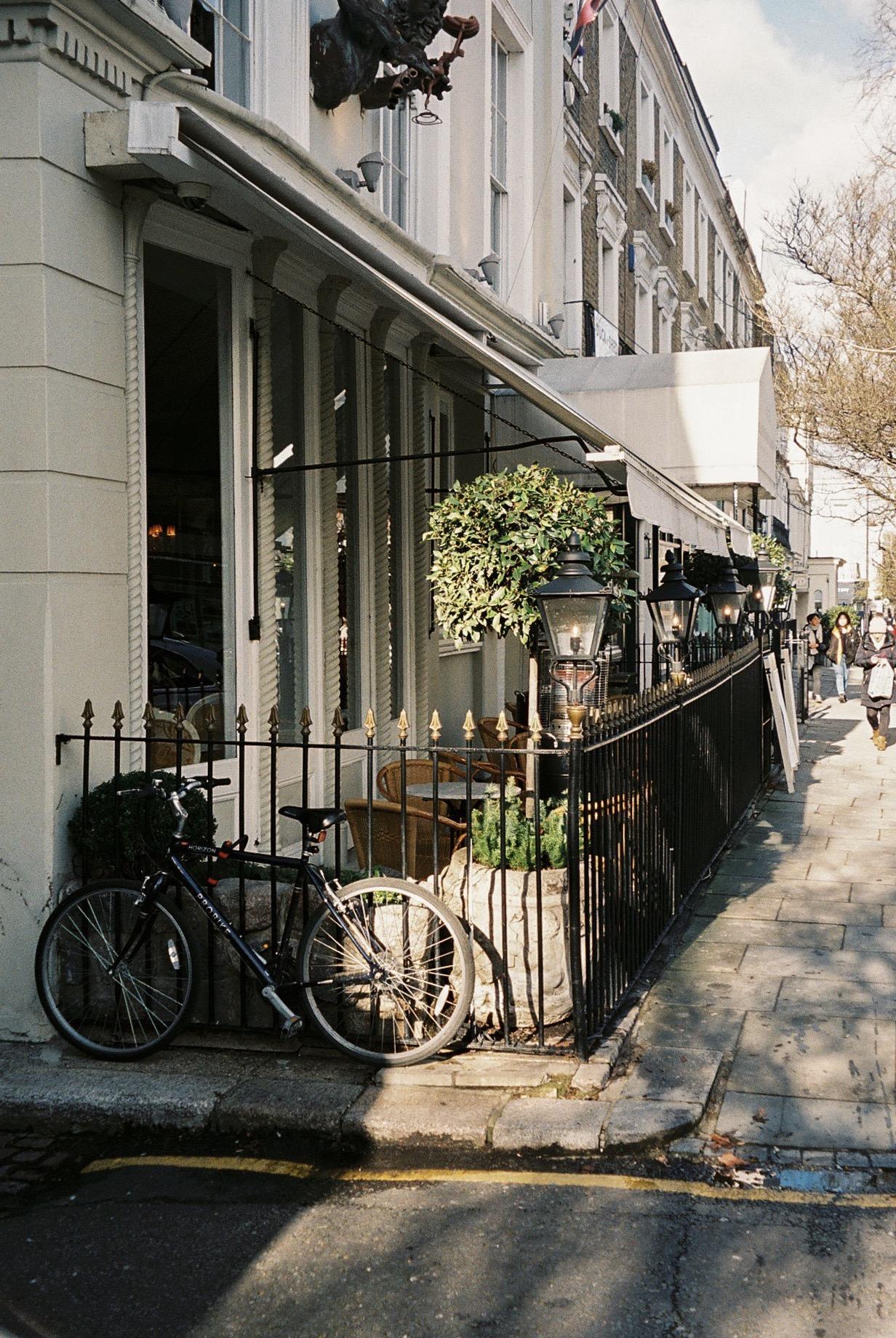 Photo taken by West Bourne Grove, one of the coolest streets in Notting Hill, with lots of independent shops and cute cafés.  / Foto tirada perto de West Bourne Grove, uma das ruas mais badalas em Notting Hill, com imensas lojas independentes e cafezinhos amorosos.