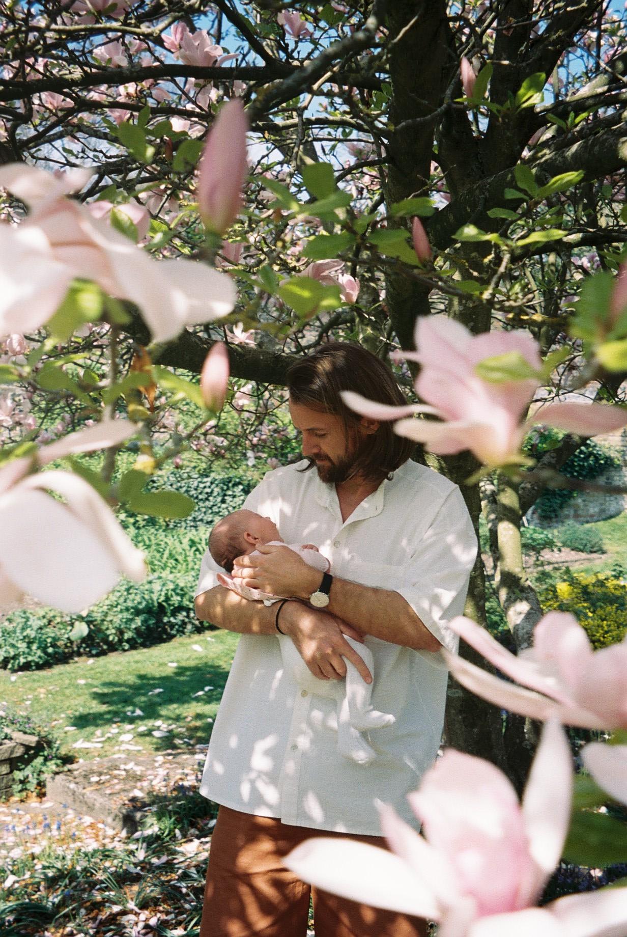 The moment Emily and Charlie named Martin as Nancy's Godfather. He looks cute with a baby in his arms, right? ;)  / O momento em que a Emily e o Charlie nomearam o Martin como um dos padrinhos da sua filha, Nancy. E que bem que ele fica de bebé nos braços ;)