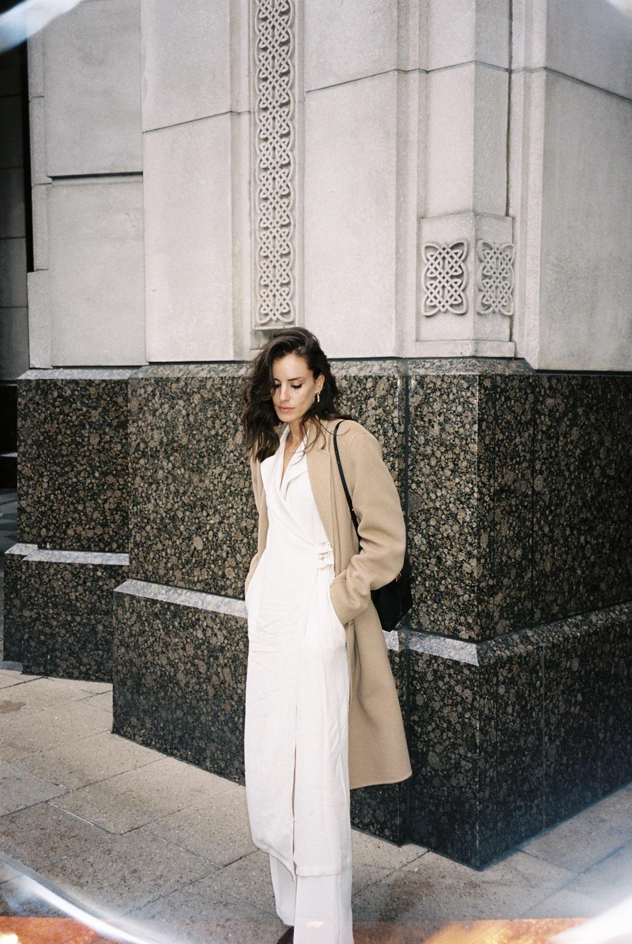 Wearing white on a rainy day.  / A vestir branco num dia chuvoso.