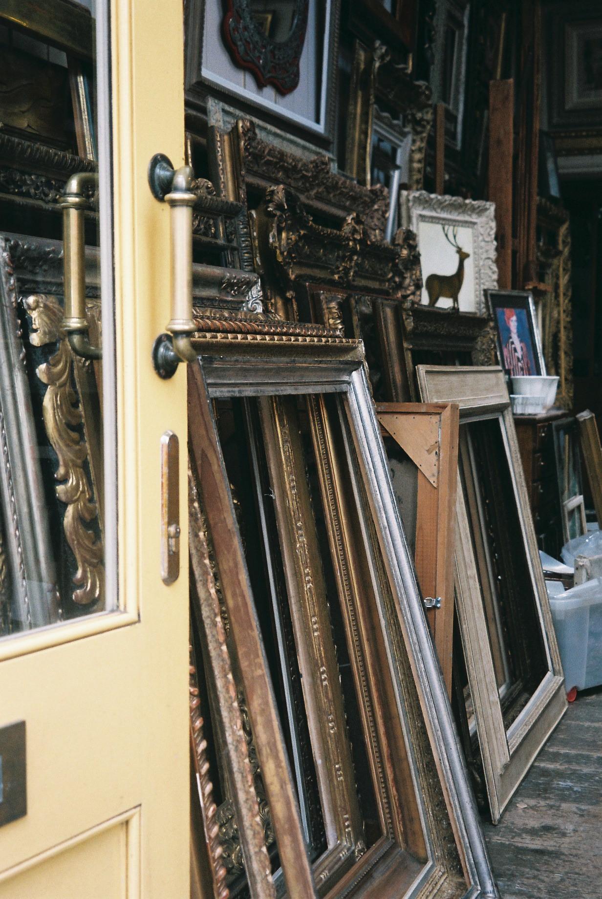 Antique frame shop in Notting Hill.  / Loja de antiguidade em Notting Hill.