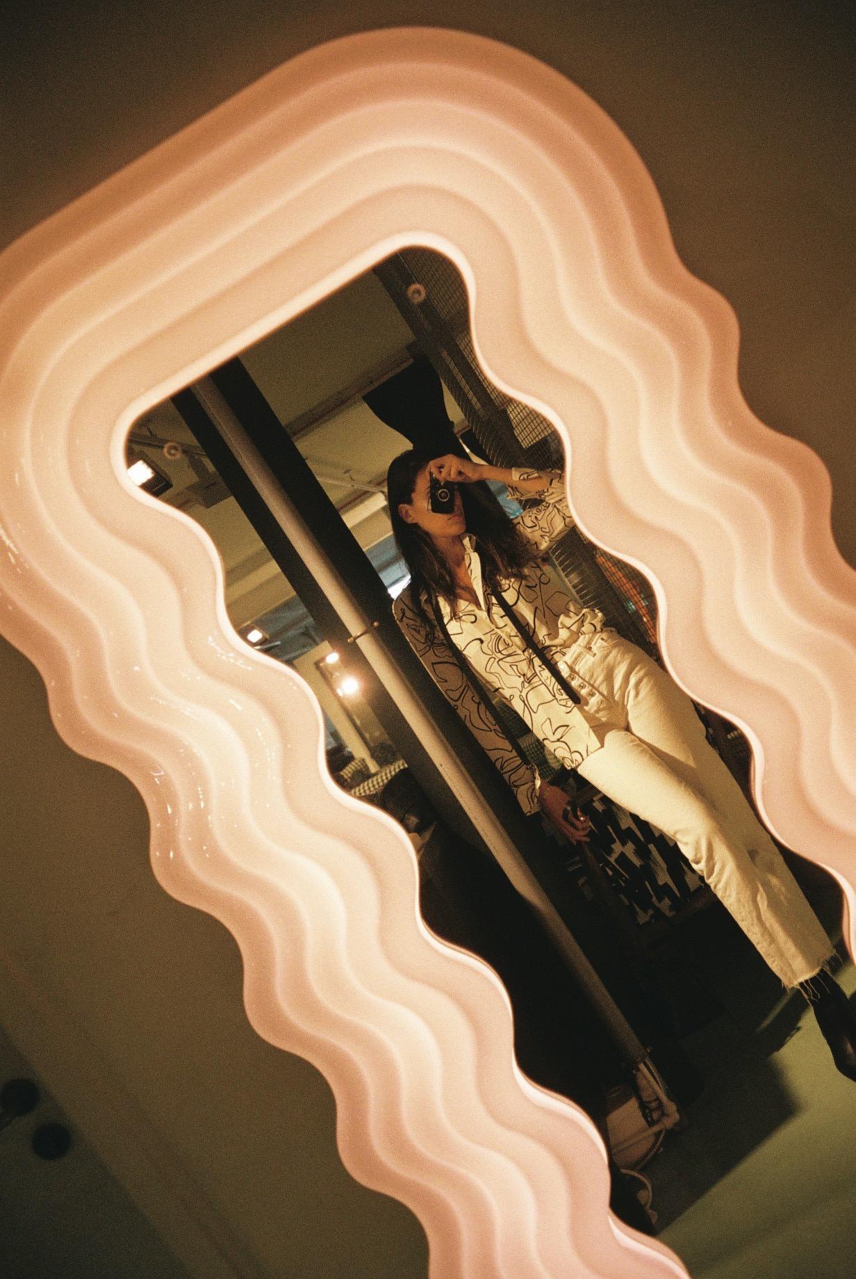 I will forever dream of owning a mirror by the designer Ettore Sottsass. This one is at my favourite interiors store,    Alex Eagle   .  / Sonharei para sempre possuir um espelho do designer Ettore Sottsass. Este está numa das minhas lojas preferidas de decoração,  Alex Eagle .