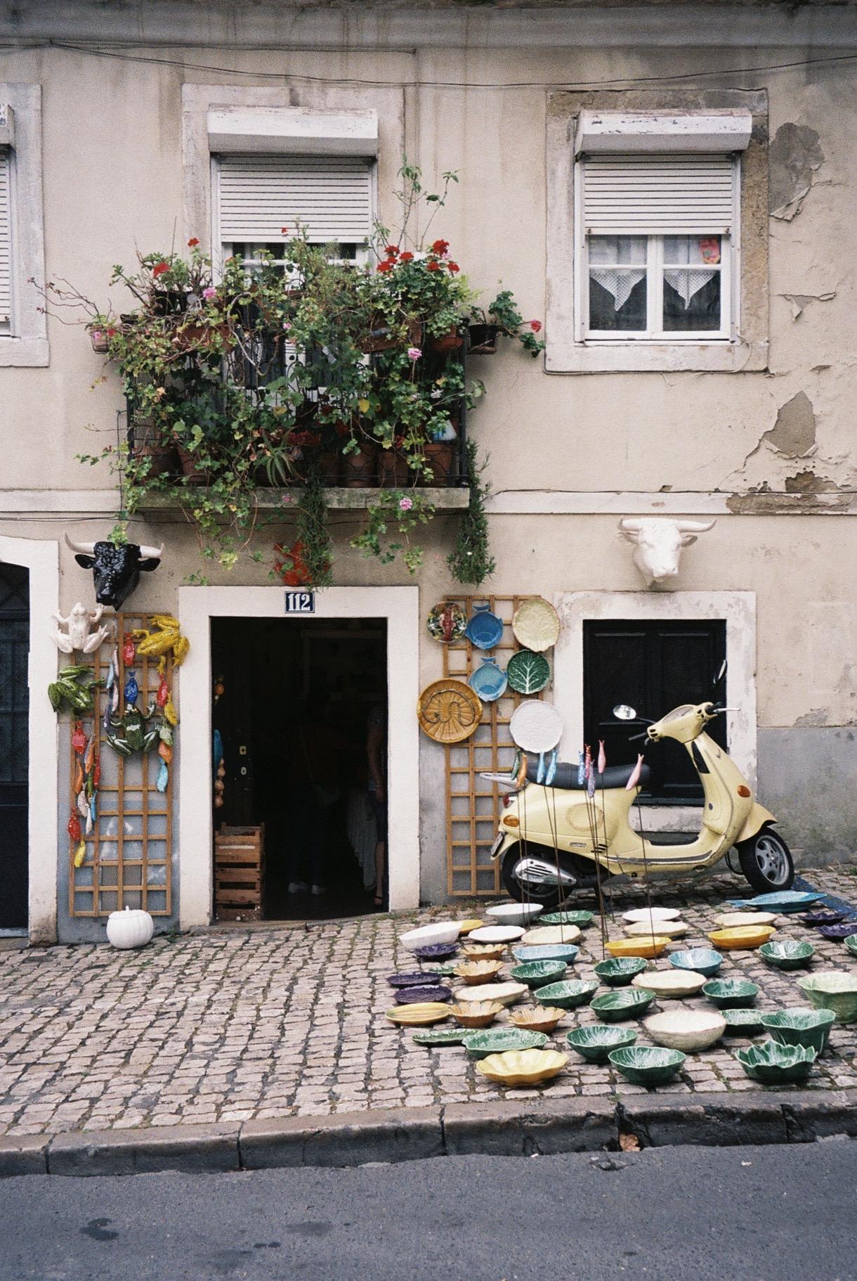 """Ceramics for sale in Lisbon at """"feira da ladra"""".  / Cerâmicas para venda na feira da ladra."""