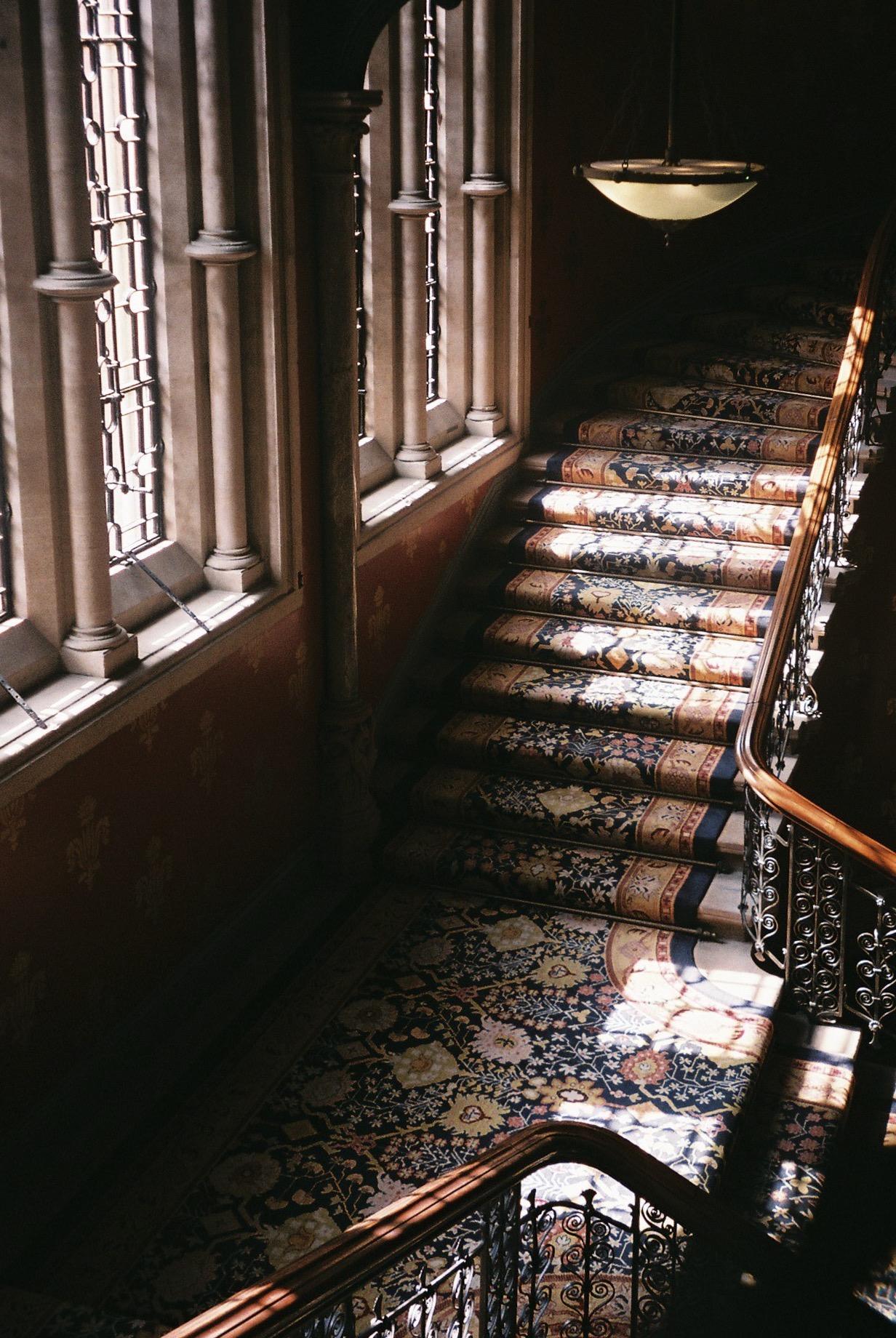 """Do these stairs look familiar to you? I bet they do, this is where the Spice Girls music video """"Wannabe"""" was shot.  / Estas escadas parecem-te familiares? Nem mais, foi onde foi gravado o videoclip das Spice Girls intitulado de """"Wannabe""""."""