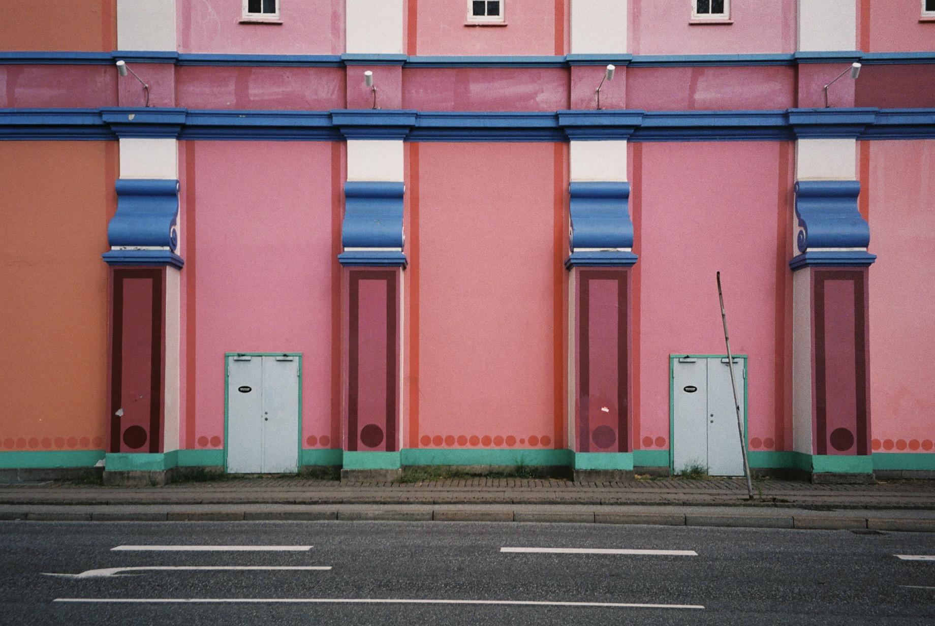 A very #accidentallywesanderson building that I found in Copenhagen.  / Um edifício com uma vibe muito #accidentallywesanderson que encontrei em Copenhaga.