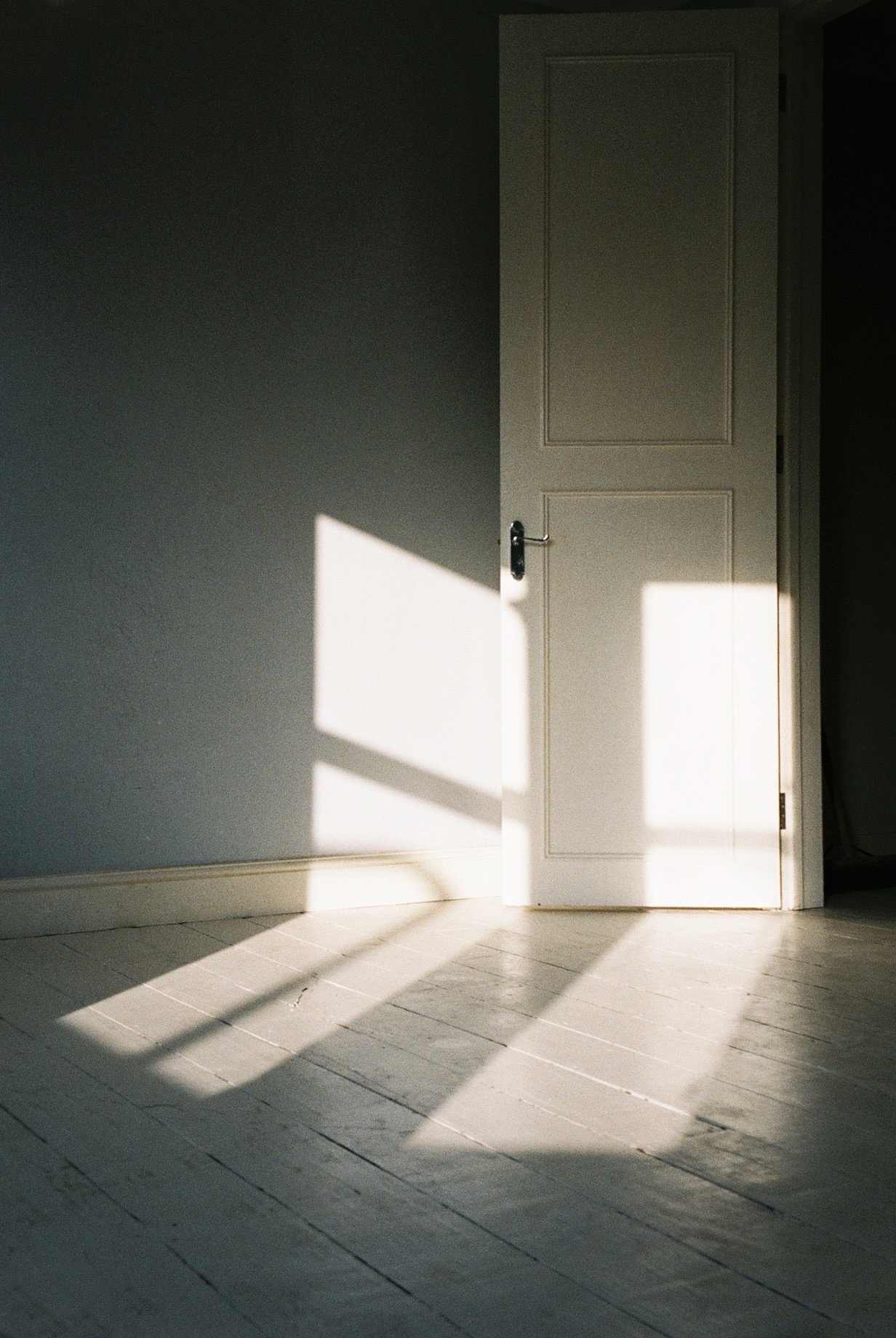 As I said, the light is pretty good in this house. This is the master bedroom which is currently being painted in a different colour.  / Como já disse, a luz na nossa casa é muito bonita. Este é o nosso quarto e está neste momento a ser pintado de uma cor diferente.