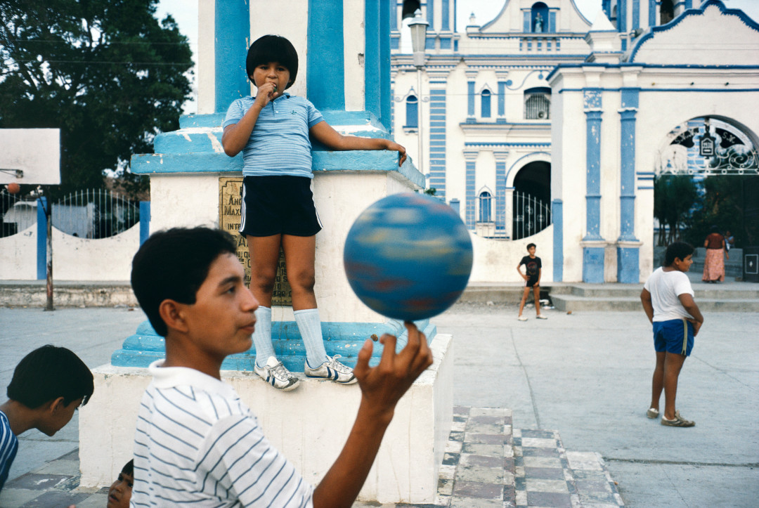 ALEX WEBB,  La Calle, Tehuantepec, Mexico,  1985