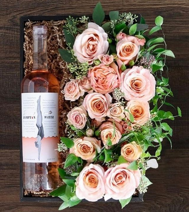Lush rosé by @hamptonwater x blush roses by @winstonflowers make for the perfect gift this Valentine's Day!  #repost #winstonflowers 💘