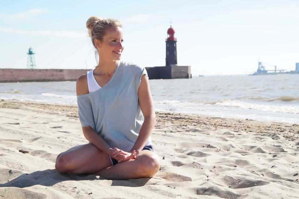Pilates Trainerin Annika Lipke, Parkhaus Beach-Gym am Weserstrand.