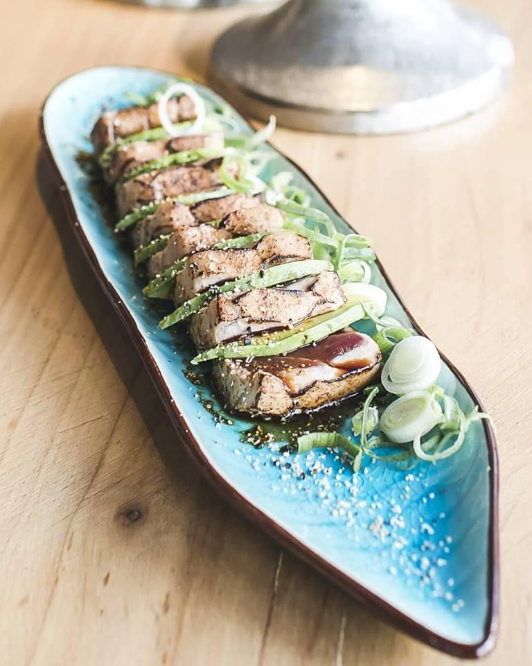 Tataki de Atún Rojo Balfegó - con aguacate, cebolla frita y salsa de anguila.