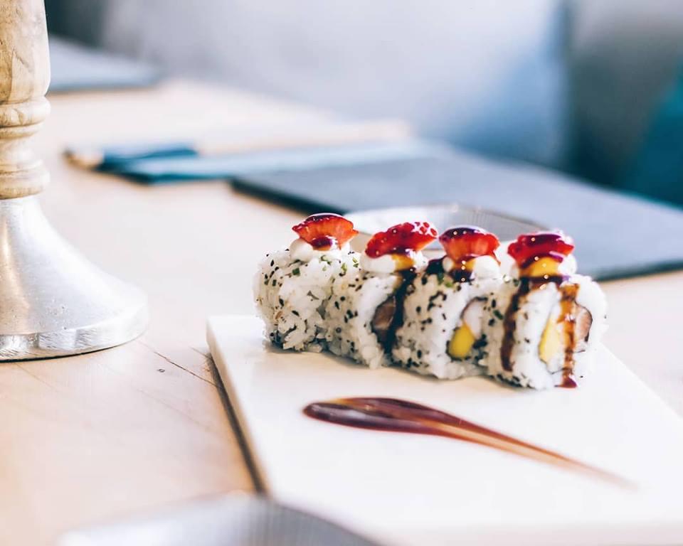 Uramaki Art & Sushi - salmón, langostino y mango con topping de fresas, queso crema y salsa teriyaki.