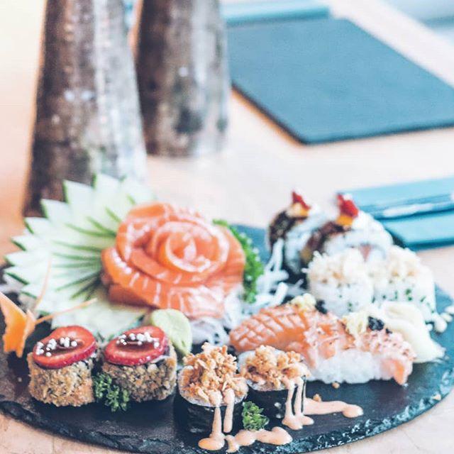 Variado de sushi - con sashimi, nigiri, rolls y futomaki.