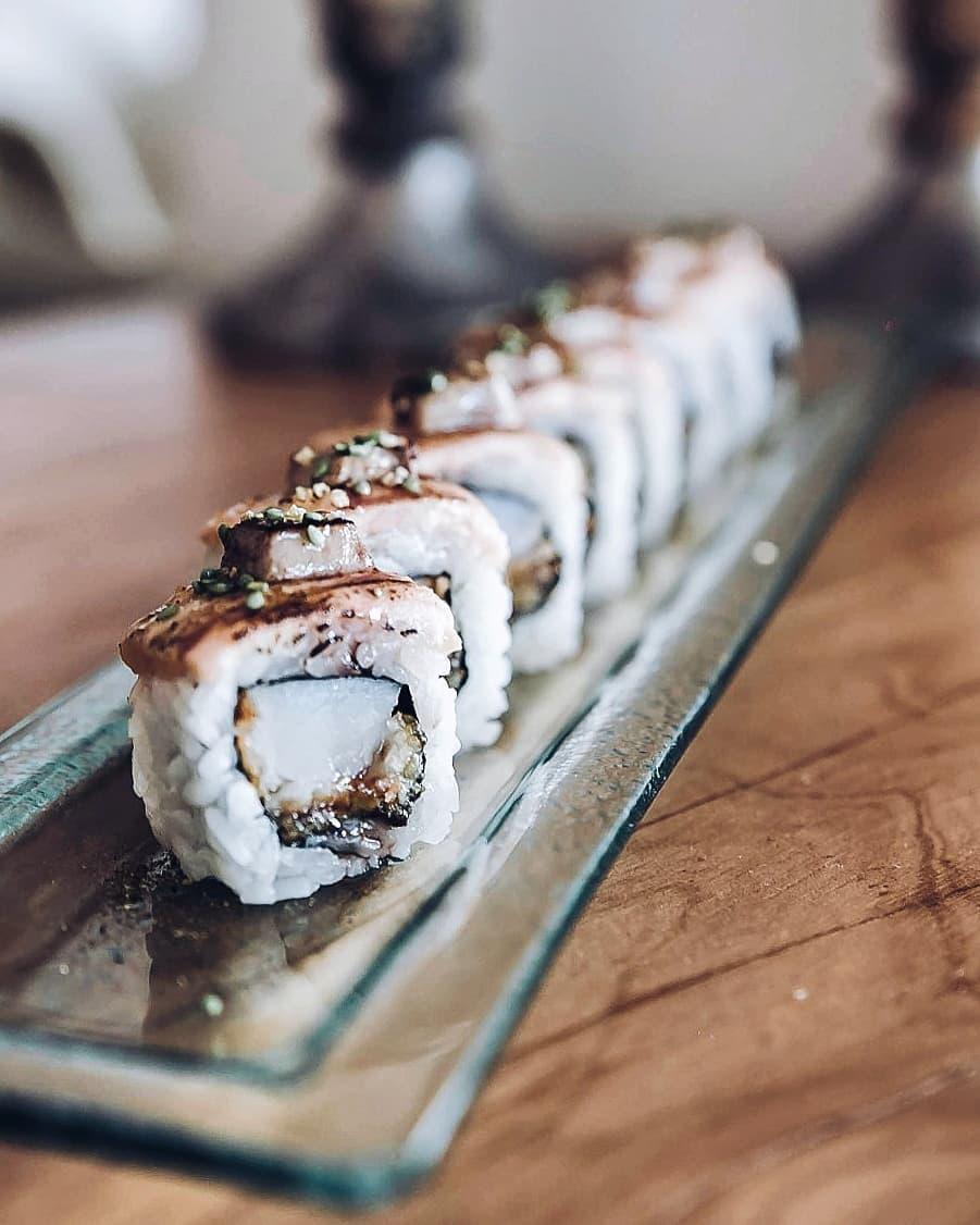 Uramaki tentación - Vieira, plátano frito, topping de salmón braseado, foie y salsa de soja y miel.