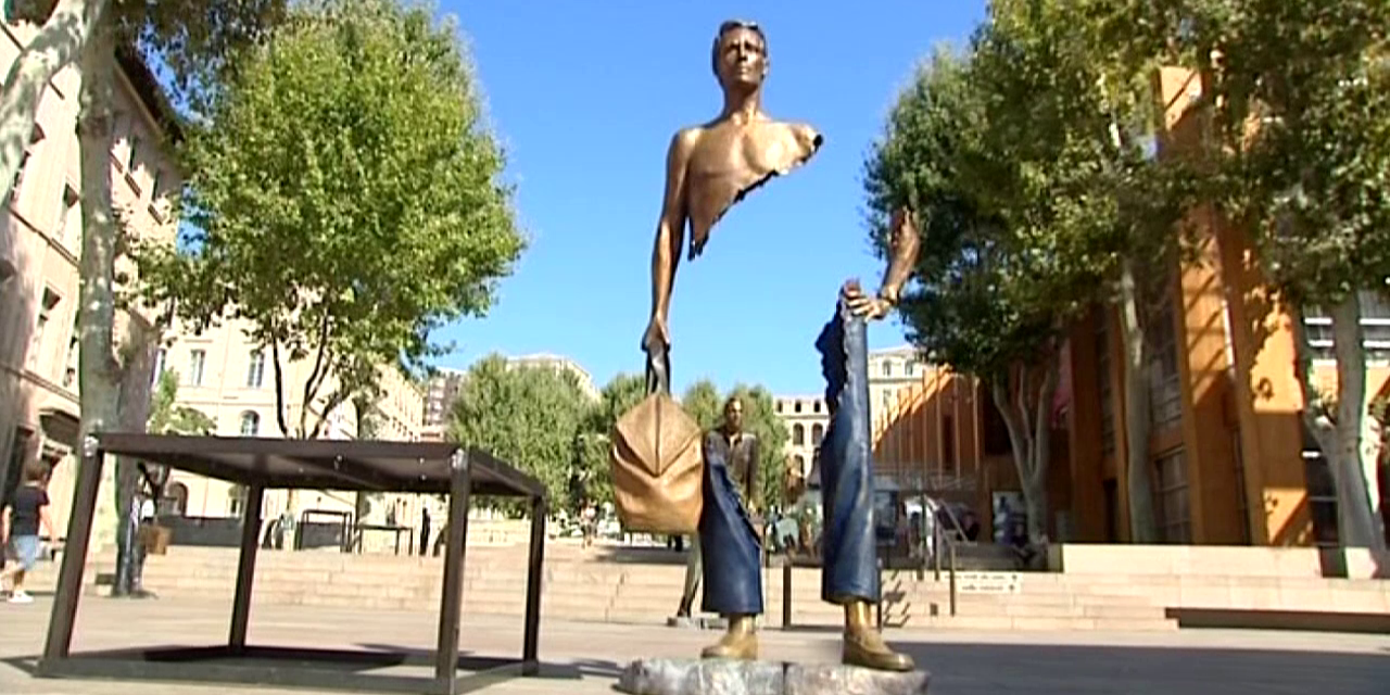 "Un ""Voyageur"" de Bruno Catalano admire la place Bargemon du Pavillon M   ©  France3 / Culturebox"