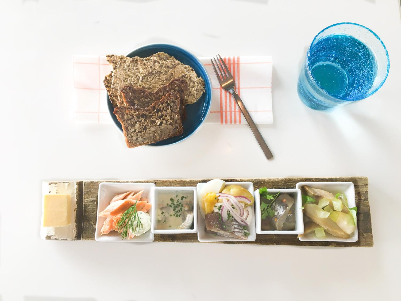 Fristende utvalg av havets delikatesser. Fra sjømatbuffeten kan du forsyne deg med forskjellige typer sjømat og skalldyr. Sild er en av spesialitetene til restaurantene.