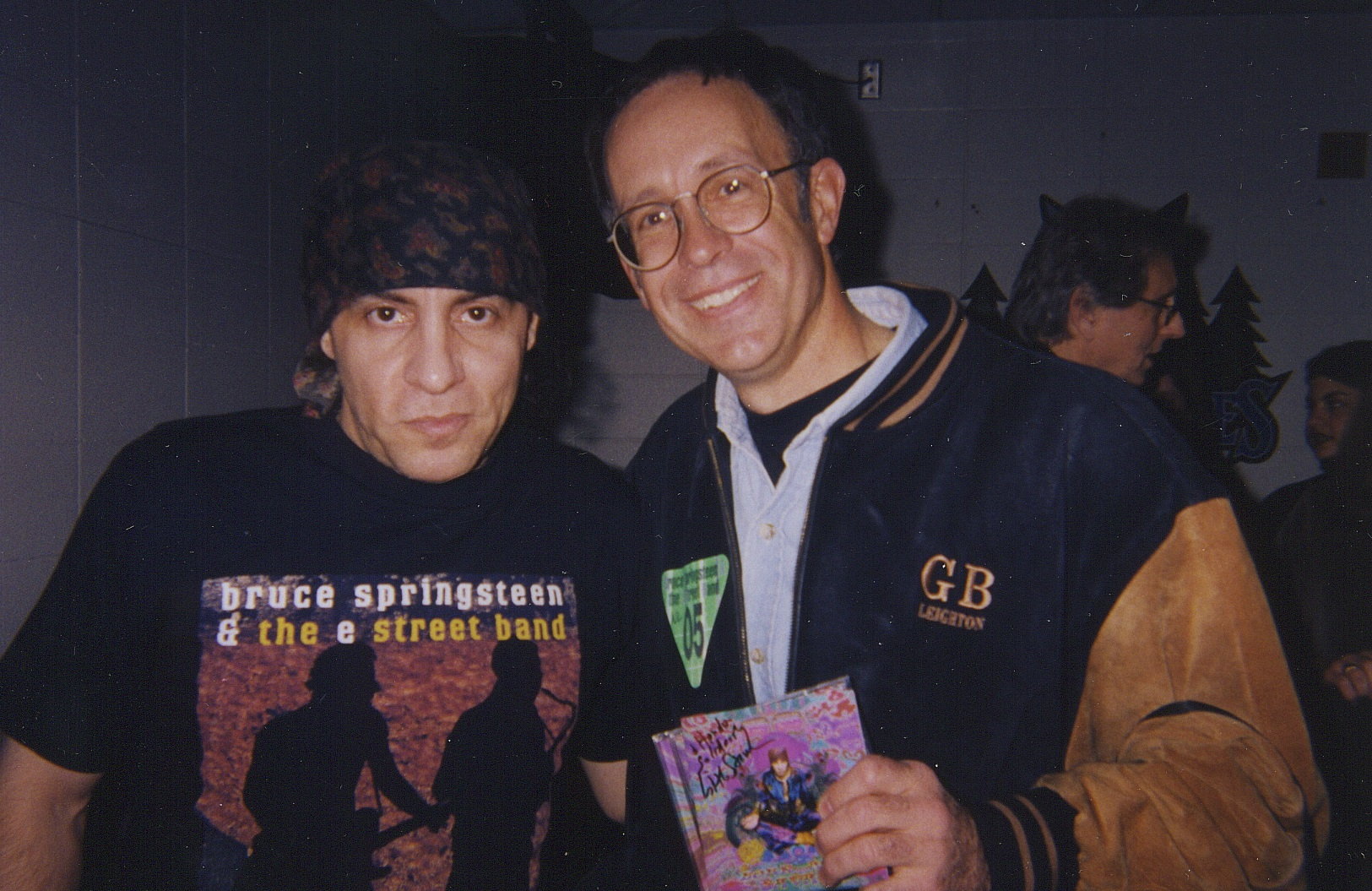 Hondo celebrity music Steve Van Zandt close-up 2 pose backstage Target Center '99.jpg