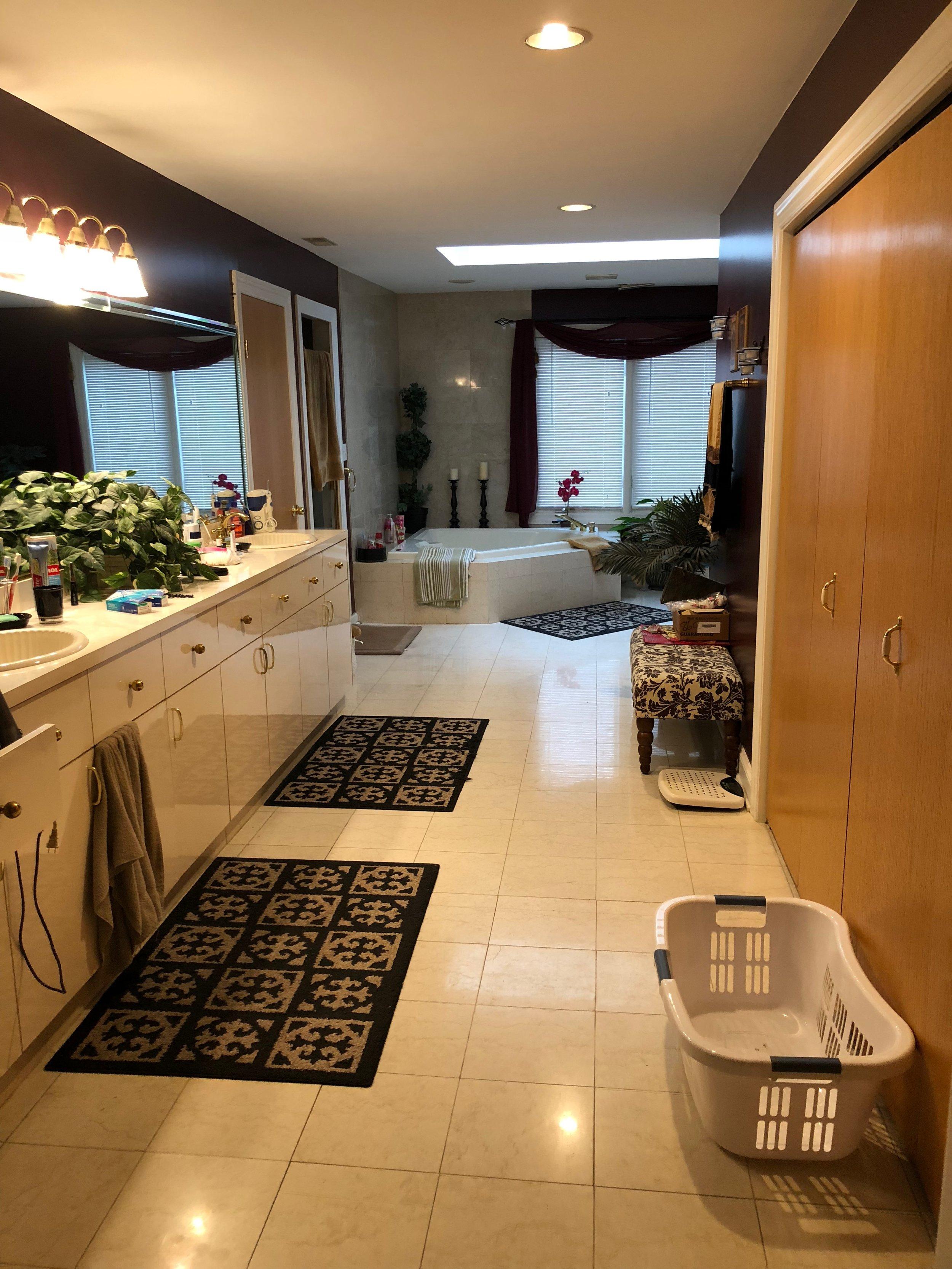 BEFORE Photo of Bathroom Remodel in Eagle Brook Subdivision, Geneva IL.