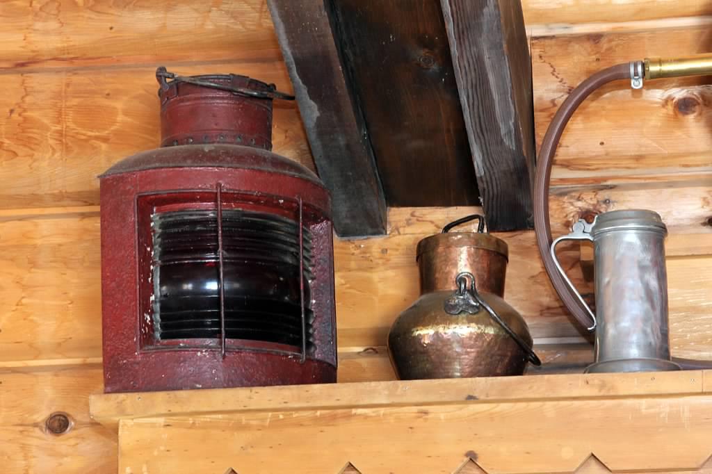 Schilling-lodge-txc-lake-tahoe-rubicon-paradise-flat-interior-red-light-antiques.jpeg