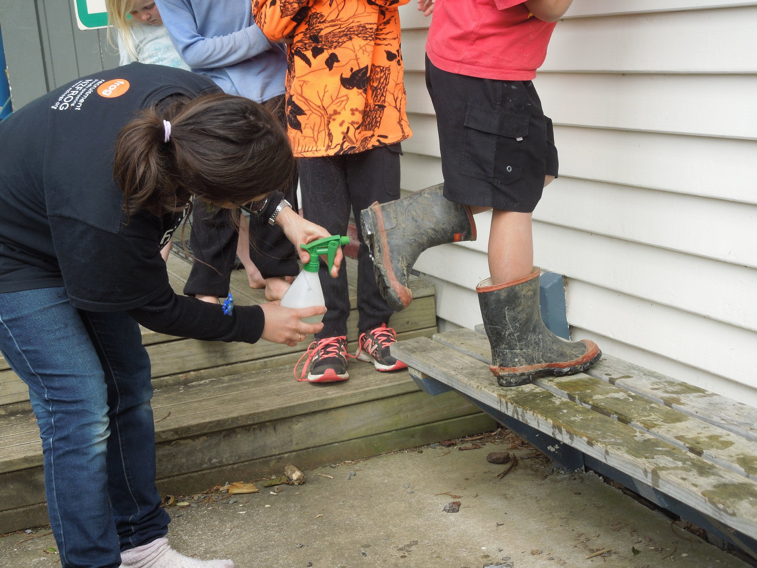 Teaching how to clean shoes to avoid amphibian diseases spread