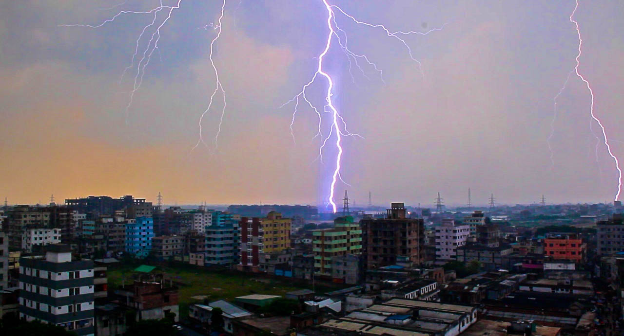 lightening strike dhaka slums-2.jpg