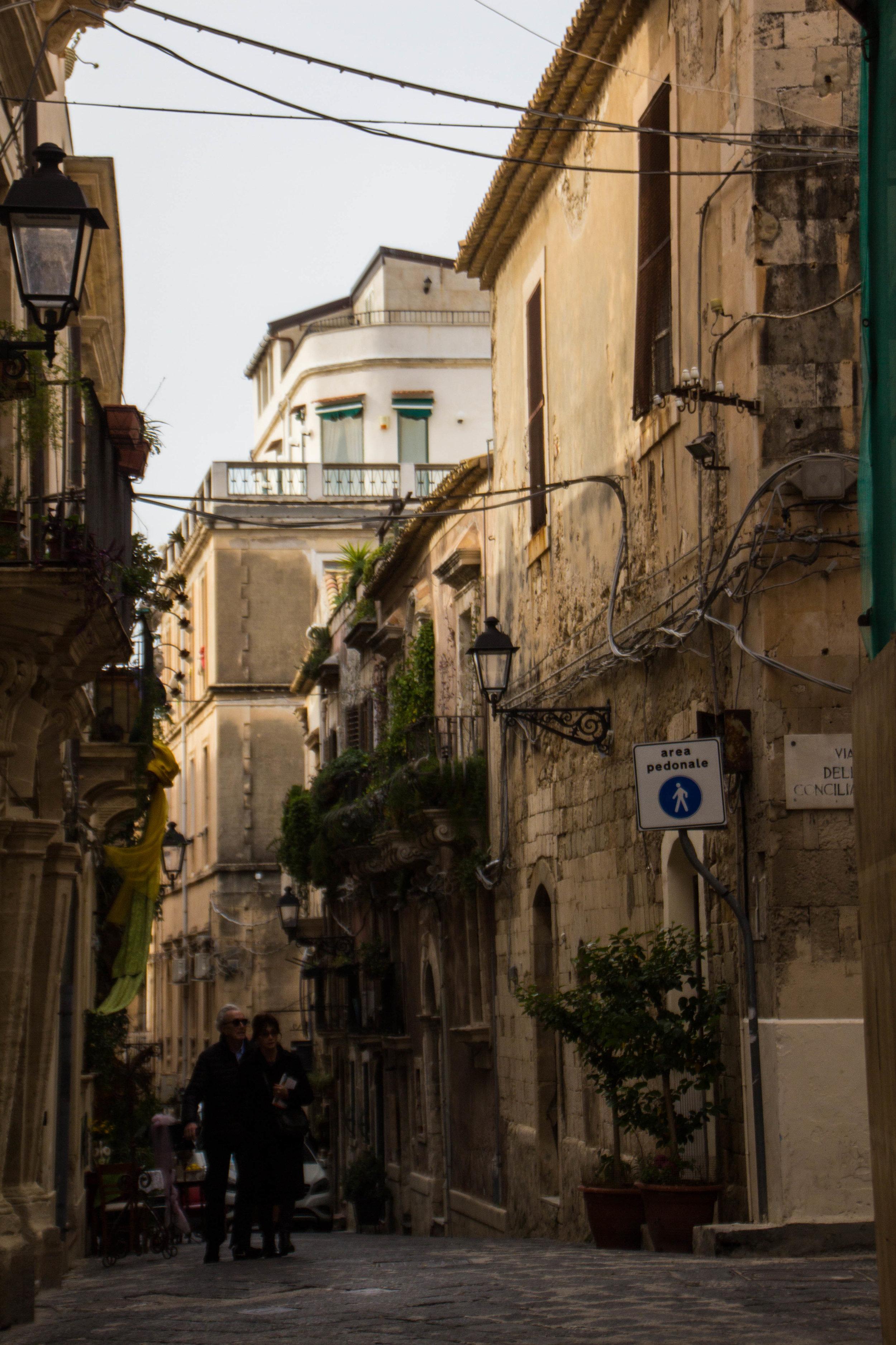 streets-ortygia-syracuse-sicily-23.jpg